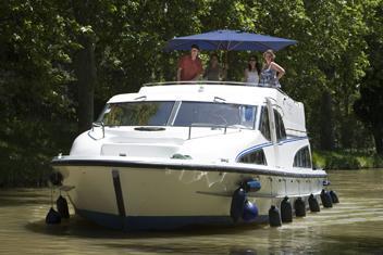 Båtar, kanalbåtar, husbåtar, kryssningsbåtar